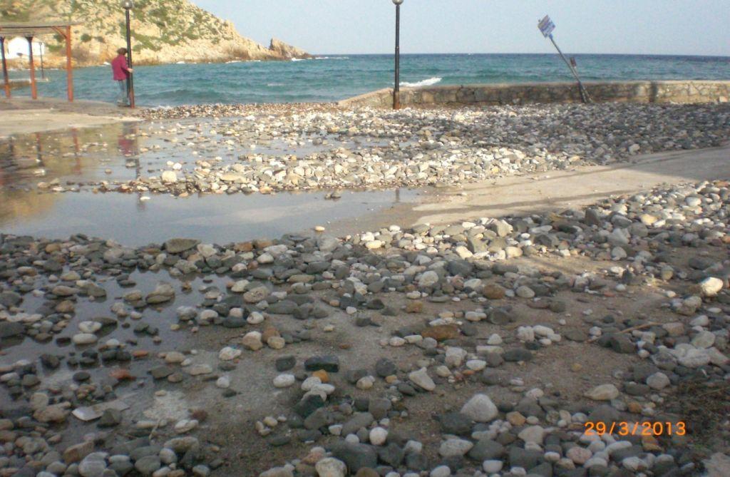 Emporios sahil şeridinde denizin getirdiği çakıllar