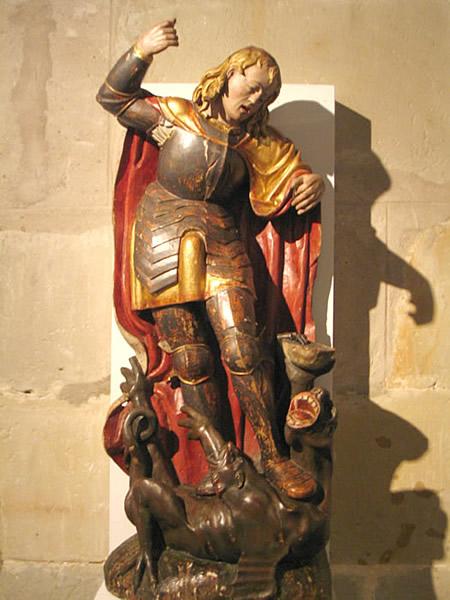 Talla policromada de san Miguel matando al dragón