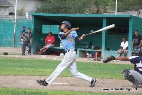 Luis Valle bateando por Cerveceros en el beisbol municipal