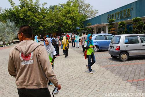 blogger berjalan memasuki bangunan spritzer