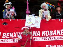 Antifa-Demonstranten als Karnevalisten verkleidet: »Bunte Funken gegen braune Halunken«.
