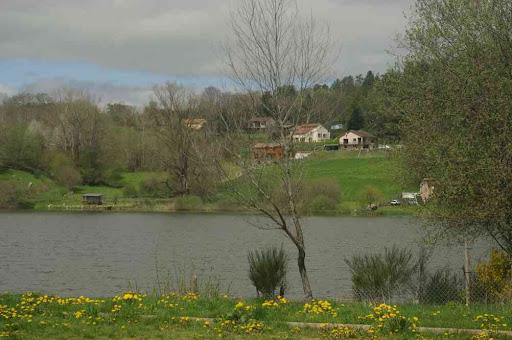 Lac de la Cassière (formé par l'obstruction par une coulée de lave)