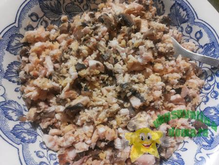 Салат из куриной грудки с грибами и сыром