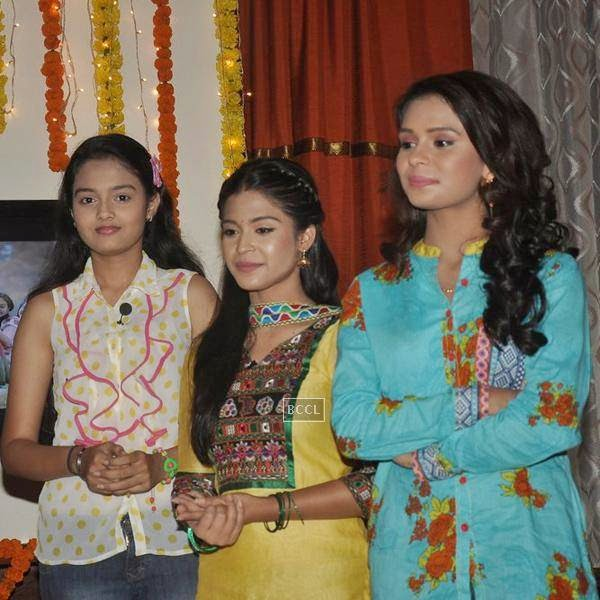 Cast and crew of new TV serial Shastri Sisters pose during the launch of the show. (Pic: Viral Bhayani)