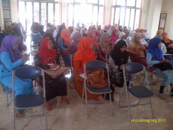 Ibu-ibu tokoh Coblong yang menghadiri acara Pengajian Tokoh
