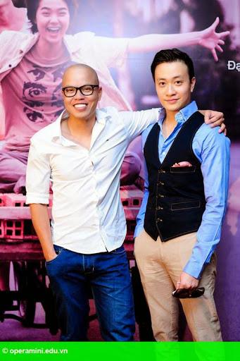 Hình 1:                         Vũ Ngọc Đãng khoe dàn diễn viên trong phim mới