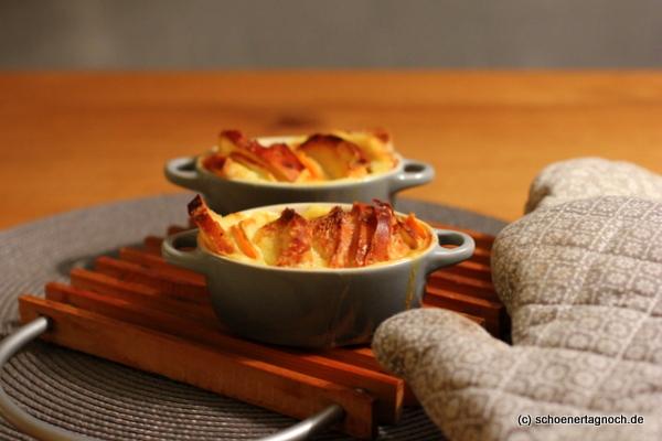 Süßkartoffel-Scheiterhaufen serviert in der Cocotte