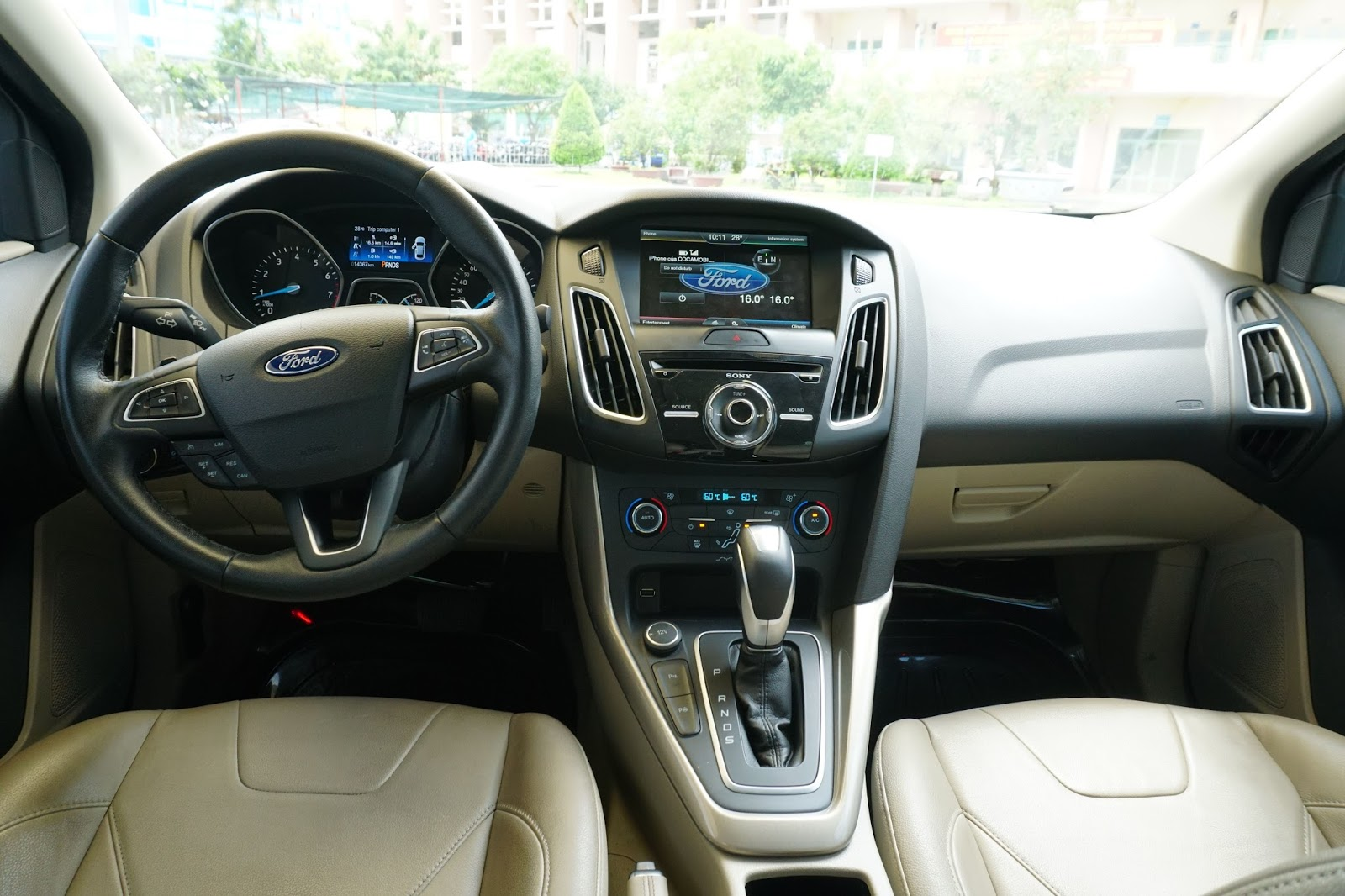 Khoang lái của xe không quá lung linh, nhưng có nhiều tính năng thông minh nhất