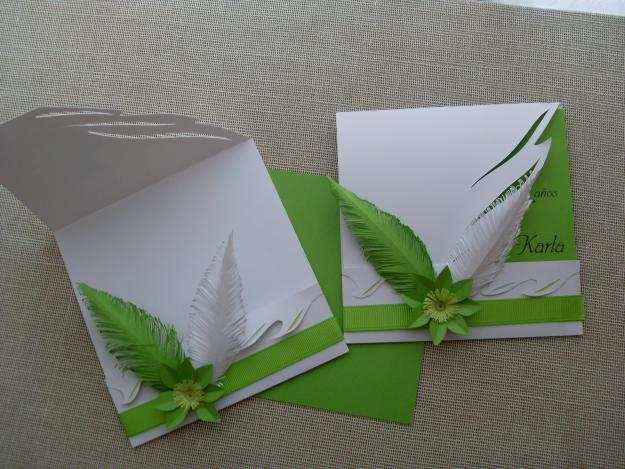 Invitación con plumas verdes para XV años