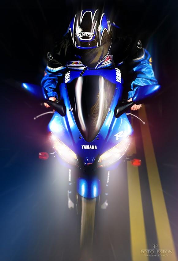 Jadący motocyklista R1 niebieska Bora Bora