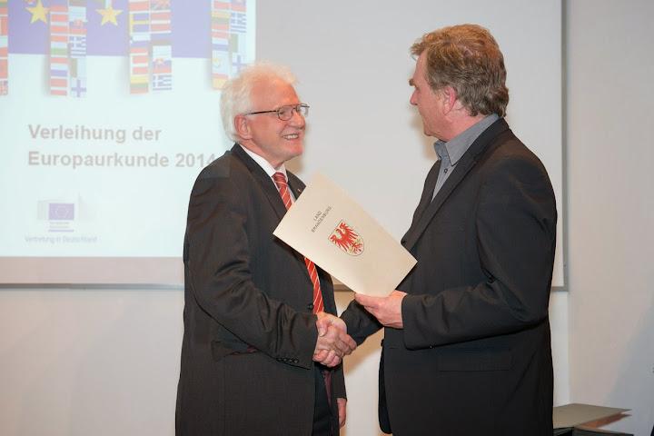 Karl Fisher mit Europa-Urkunde ausgezeichnet © MWE BB