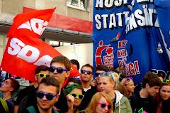 Jugendliche Demonstranten mit Schildern, Transparenten und SDAJ-Fahnen.