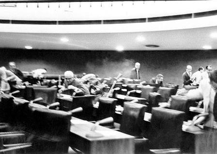 Após uma briga entre dois senadores, o Senado Federal virou palco de um duelo de tiros digno dos filmes de bang bang.