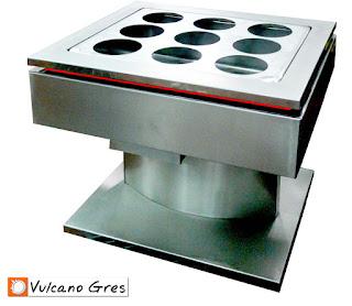 DimSum para cocinar al vapor. Fabricado en acero inoxidable. Se compone de un tanque de agua, un termostato para el control de la temperatura y una rejilla superior desmontable donde colocar las cestas de bambú, el marisco o el pescado para su cocinado al vapor. Esta equipado con un sistema de llenado que controla en todo momento el nivel del agua. El vaciado se realiza de forma manual a través de una válvula de vaciado. Una vez conectado el equipo a la red de suministro de agua, a la red de desagüe y a la red eléctrica, funciona de forma totalmente automática. Incorpora una zona especial para la cocción del pescado. Se realiza con dimensiones y diseño personalizado siguiendo indicaciones del cliente. La facilidad de manejo y total autonomía son las características de definen el diseño de este nuevo DimSum.