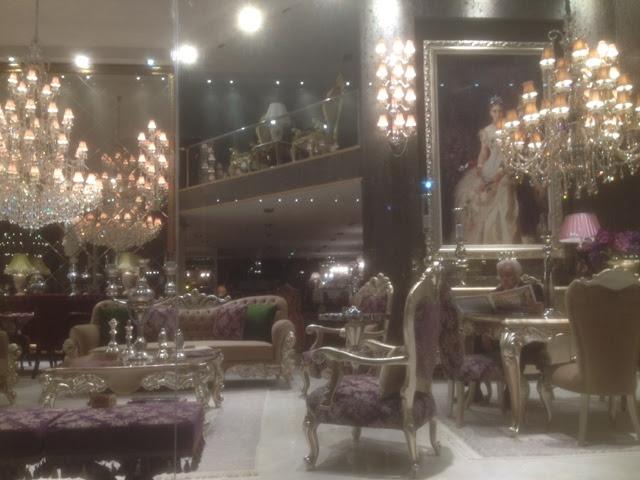 Prunk und Protz beim Möbelkauf in Istanbuler Möbelgeschäften in Masko