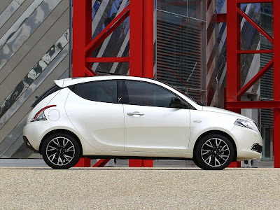 Lancia-Ypsilon_2012_1600x1200_Side_02