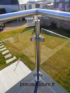 Détail d'un poteau d'angle avec pince à verre