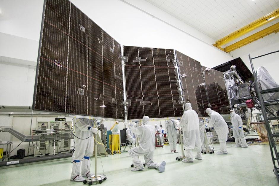 https://lh5.googleusercontent.com/-_hwmid_YadA/UgrSUcjbhSI/AAAAAAAAMQs/lTflWQpcEt8/w941-h627-no/Stowing+Juno%2527s+Solar+Array.jpg