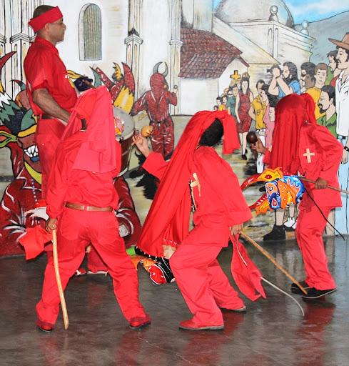 Diablitos bailando al son del tambor en el día de Corpus Christi en San Francisco de Yare, Municipio Bolivar, Miranda Venezuela