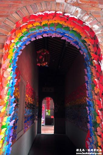 台灣民俗文物館往西廂房的走道上