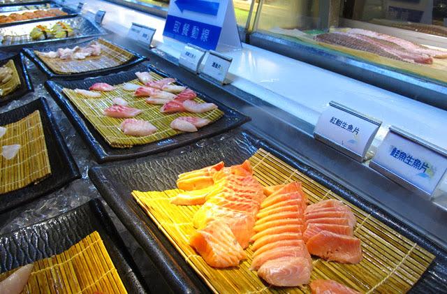 各式生魚片一字排開任君挑選-上閤屋台中復興店