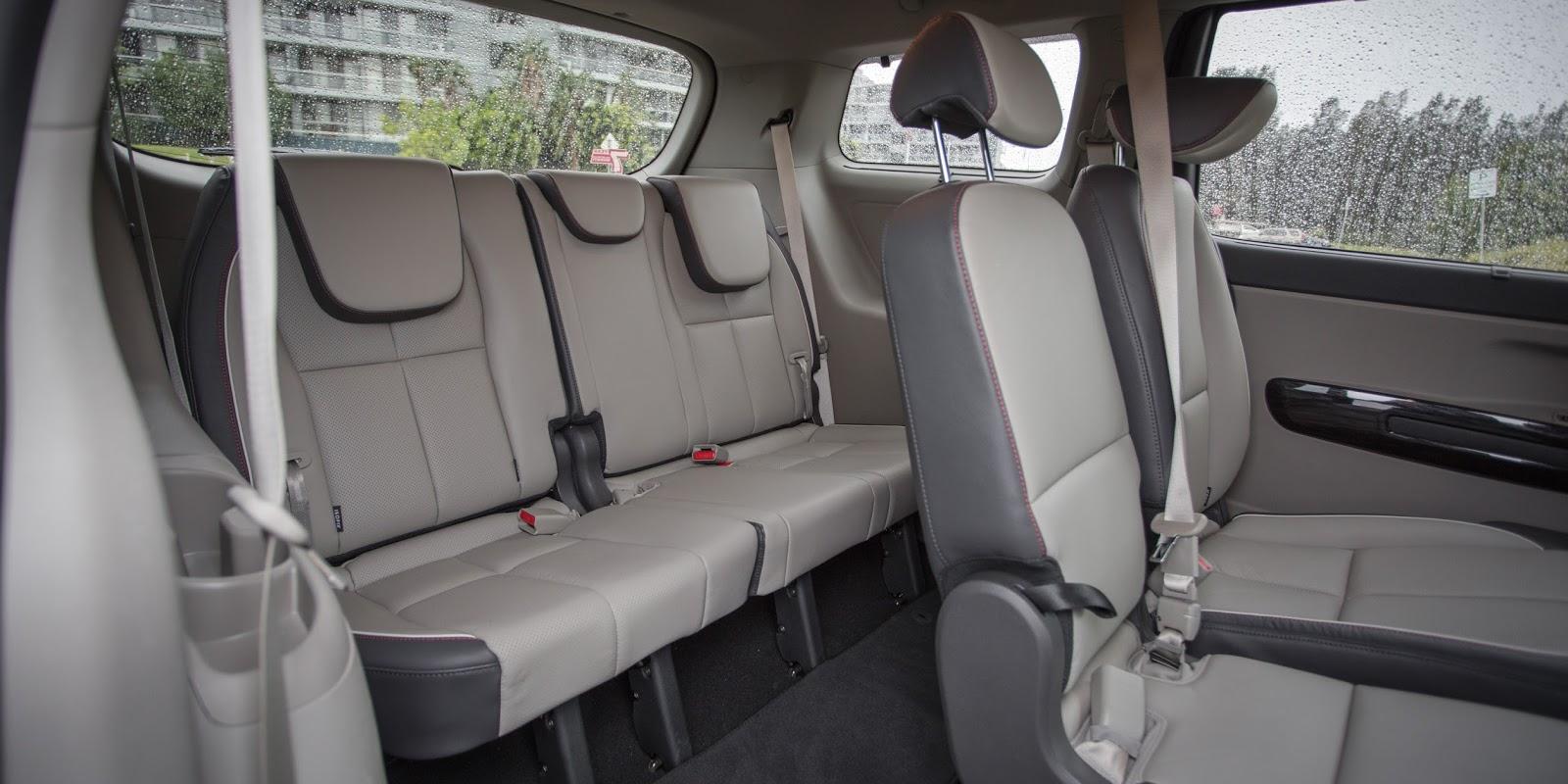 Hàng ghế thứ ba đủ chổ 3 người, rất rộng không phải chỉ dành cho trẻ em