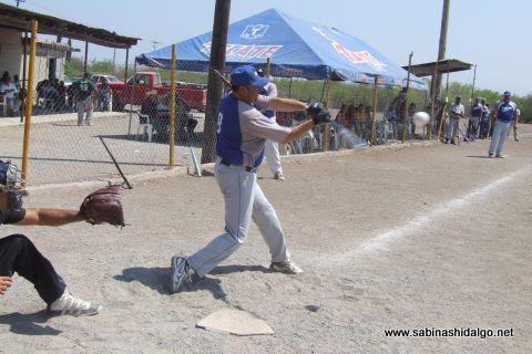 Jesús Cantú de SUTERM en el softbol del Club Sertoma
