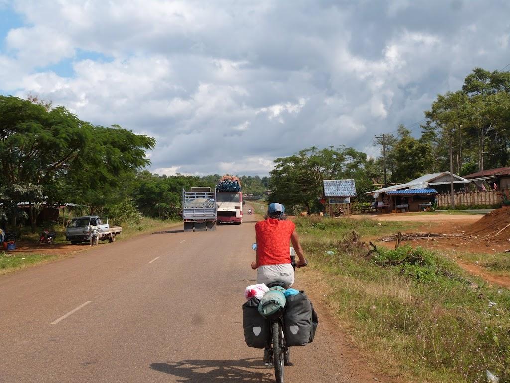 Pakxong Laos  City pictures : Bis nach Muang Pakxong geht es auf guter Straße und durchaus ...