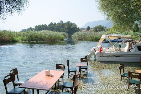 azmağın buz gibi suyunun içinde müşterilerini bekleyen masalar, Orfoz azmakbaşı restoran Akyaka