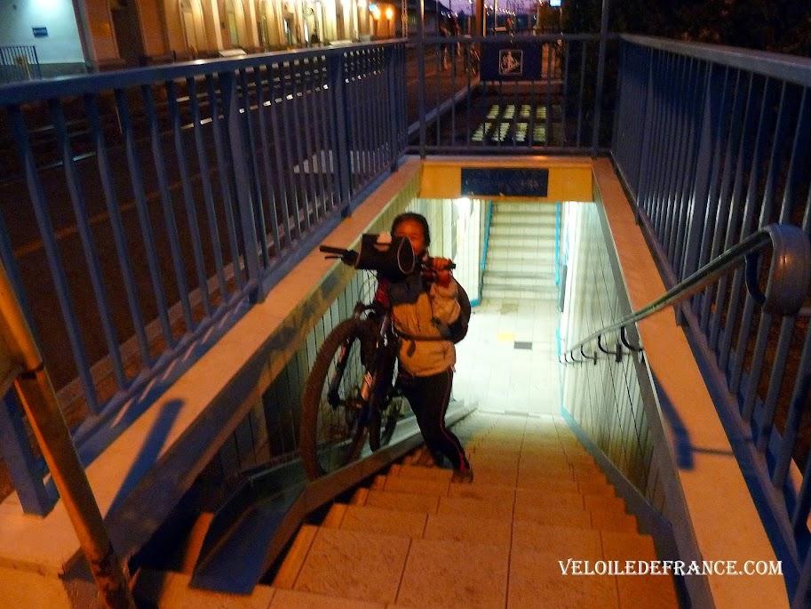 Pas d'ascenseur dans les gares de cette ligne. Il faut pousser son vélo sur des rails pour monter des escaliers pentus - La Loire à vélo sans prendre l'eau par veloiledefrance.com