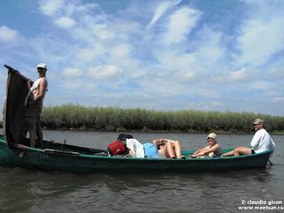 cu barca cu vasle si vela