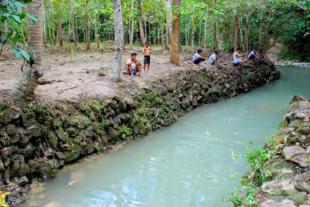 Warga Dusun Petung terutama bapak-bapak dan para pemuda memancing di aliran sungai yang mengalir dari Curug Kedung Pengilon karena diyakini di sana hidup banyak ikan mas berukuran besar