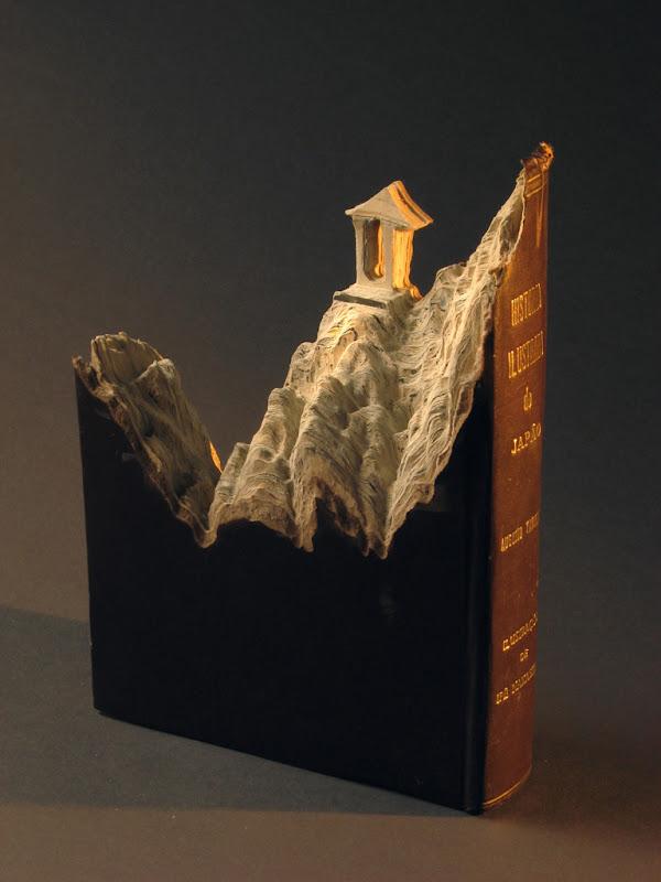 Senų knygų skulptūros