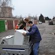 dobrovoľníci pri zvoze potrieb pre núdznych