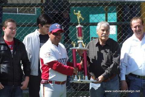 Entrega del trofeo al equipo campeón