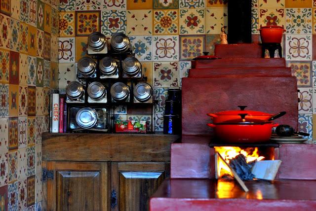 Cozinha Rústica na casa Rogério Lima tem fogão de lenha