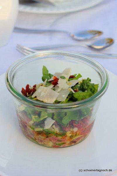 Kalbstatar mit Fenchel, Basilikumöl, Rucola, getrockneten Tomaten und Parmesanspänen im Weck-Glas