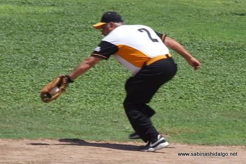 Julián Santos fildeando por Hipertensos en el softbol de veteranos