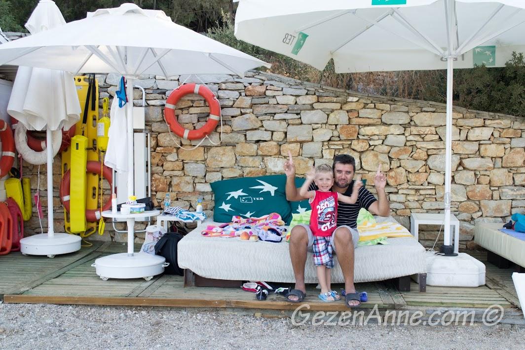 deniz kıyısındaki sedirlerde dinlenirken, Bodrum Park Resort