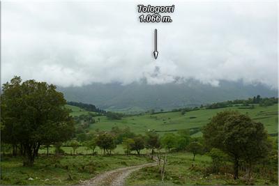 """La """"proa"""" de Tologorri intentado sobresalir de entre el mar de nubes"""