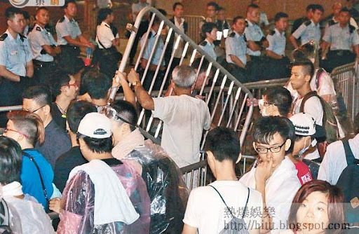 佔中三子宣布啟動佔中後,示威者隨即搬動鐵馬加強防線。(楊偉嶽攝)