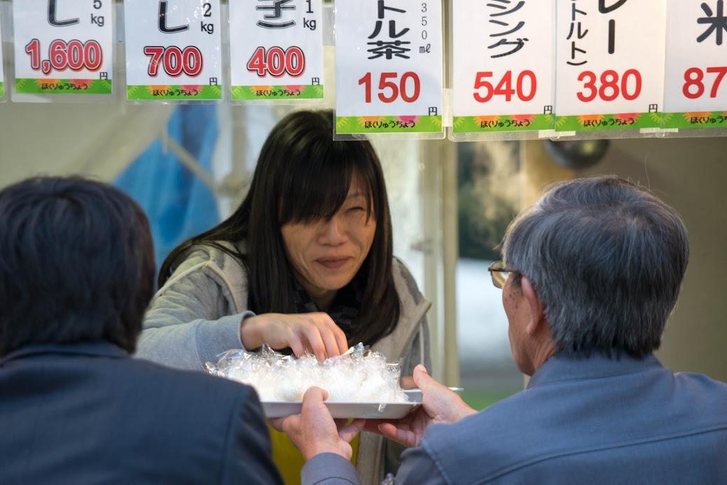 試食用ミニおにぎりを作る北竜町役場・高井千里さん