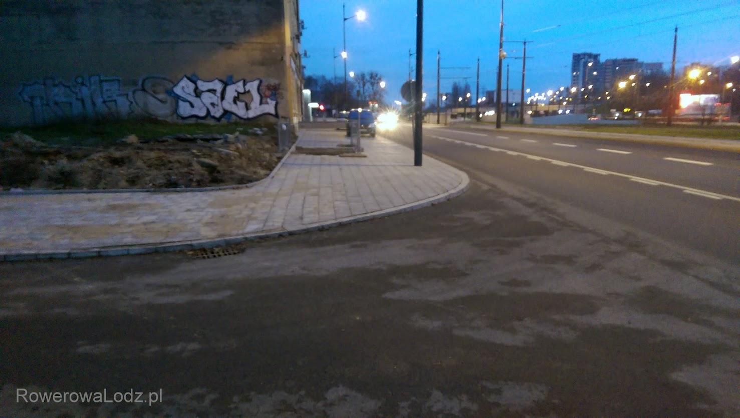 I żeby kogoś nie kusiło aby sobie skracać drogę albo rowerem pojechać prosto... krawężnik.