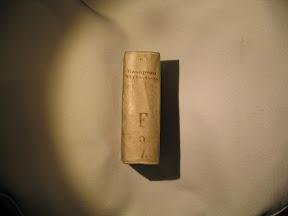 Lomo manuscrito con título y autor.