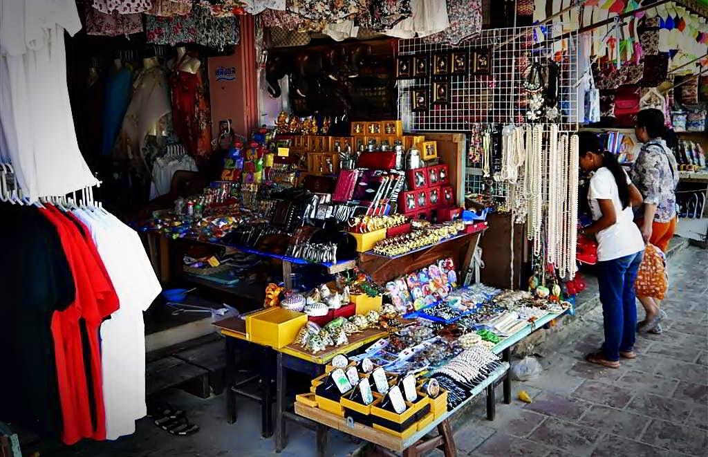 Souvenirs at Tawaen Beach, koh Lahn Thailand
