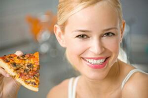 FOTO CEWEK CANTIK MAKAN PIZZA Lezat dan Sehat
