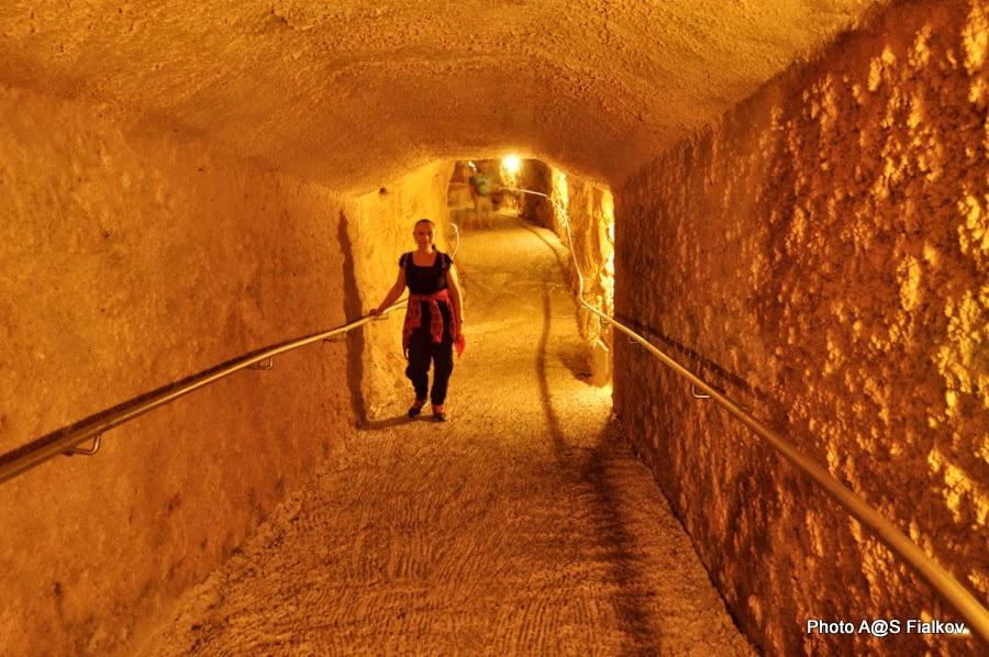 В тоннеле гротов в Рош ха-Никра. Экскурсия по Западной Галилее. Гид в Израиле Светлана Фиалкова.