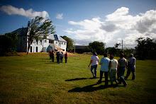 Personas de la comunidad hacen un recorrido por la Hacienda.