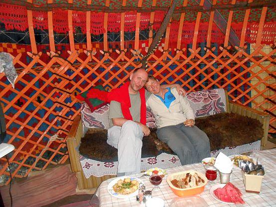 Abendessen in der Jurte beim Guest House Sadykova Sadagol (Saadogul), Ulitsa Omuralieva 27, Kochkor/Kotschkor, Kirgistan