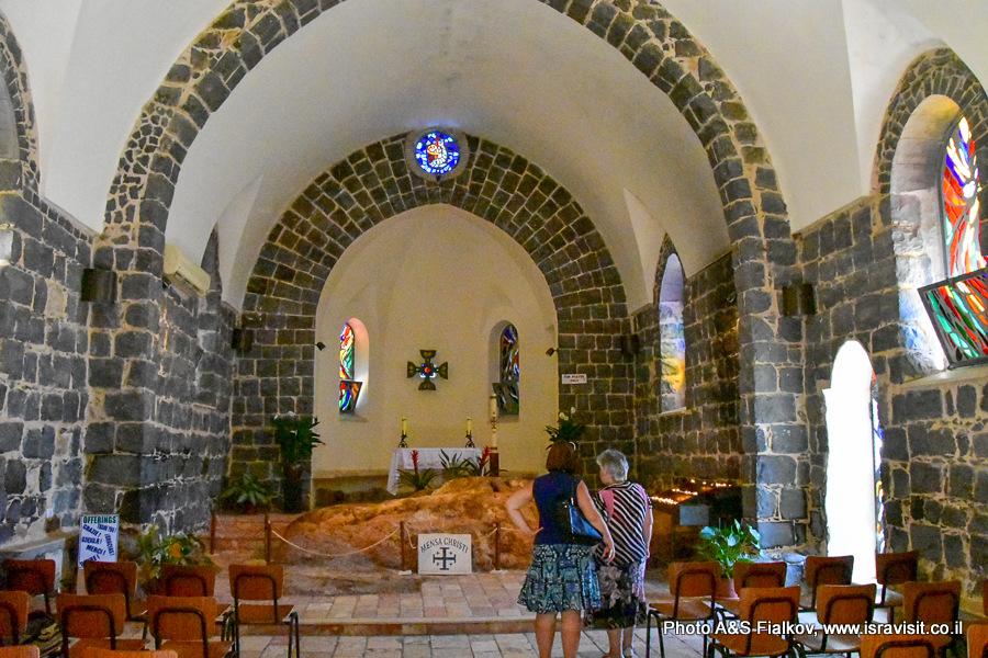 В церкви Менза Кристи в Табхе. Экскурсия гида в Израиле Светланы Фиалковой.